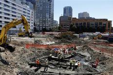 Trabajadores de la construcción avanzan en la edificación de un condominio de viviendas en San Francisco. Foto de archivo. REUTERS/Beck Diefenbach.