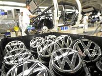 Volkswagen confirme son objectif d'un bénéfice d'exploitation inchangé cette année en dépit d'une baisse de 11,6% de son résultat opérationnel semestriel à 5,78 milliards d'euros. /Photo d'archives/REUTERS/Fabian Bimmer