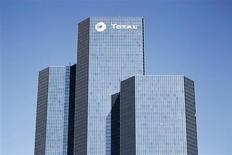 Total a finalisé la cession de sa filiale de transport et de stockage de gaz TIGF au consortium réunissant l'italien Snam, le fonds singapourien GIC et le français EDF. Le groupe pétrolier français explique dans un communiqué qu'il empochera la somme de 1,6 milliard d'euros payée en numéraire et qu'il transférera aussi la dette de TIGF. /Photo d'archives/REUTERS/Charles Platiau