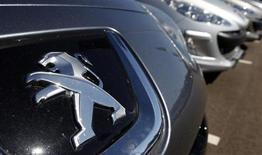PSA Peugeot Citroën annonce une forte baisse de sa perte nette et de sa consommation de free cash flow au premier semestre. La restructuration engagée a permis au groupe de compenser en partie la fragilité de sa division automobile. /Photo d'archives/REUTERS/Vincent Kessler