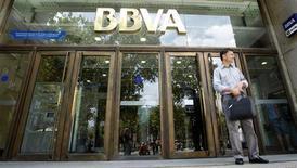BBVA, deuxième banque espagnole, publie un bénéfice semestriel en hausse de 91% grâce à des cessions d'actifs en Amérique du Sud, région dont les résultats ont permis de compenser les retombées de la récession sur son marché domestique. /Photo d'archives/REUTERS/Albert Gea