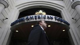 Мужчина проходит мимо офиса British American Tobacco в Лондоне 6 мая 2009 года. British American Tobacco уверен в еще одном годе высокого роста прибыли за счет увеличения цен на продукцию и продаж в первые шесть месяцев. REUTERS/Luke MacGregor