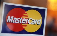 Логотип MasterCard на двери ресторана в Нью-Йорке 3 февраля 2010 года. MasterCard Inc сообщил о превысившем ожидания аналитиков росте прибыли на 21 процент во втором квартале 2013 года благодаря росту популярности платежных карт. REUTERS/Shannon Stapleton