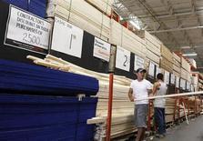 Empleados reponen y ordenan productos en una tienda Home Depot de Nueva York. REUTERS/Shannon Stapleton