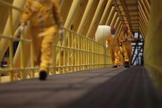 Empleados trabajan en un puente de una plataforma de la gigante petrolera Pemex de México. Foto de archivo.
