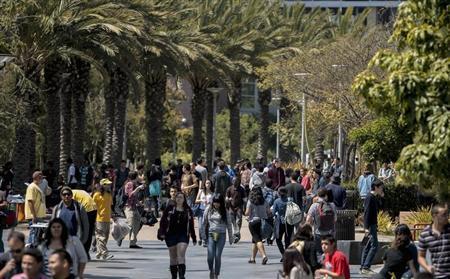 Students walk through campus between classes at Santa Monica College in Santa Monica, California April 4, 2012. REUTERS/Bret Hartman