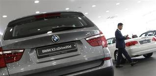 BMW a vu son bénéfice d'exploitation de la division automobile de 13% à 1,76 milliard d'euros au deuxième trimestre, conformément aux attentes, en raison d'une hausse des dépenses dans de nouvelles technologies de carburation et d'une guerre des remises sur le marché européen. /Photo prise le 12 juin 2013/REUTERS/Lee Jae-Won
