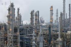 Завод компании Samsung Total Petrochemicals в Сосане 29 января 2013 года. Цены на нефть растут благодаря экономической статистике США и Китая, позволившей повысить прогнозы спроса в крупнейших потребителях нефти. REUTERS/Lee Jae-Won