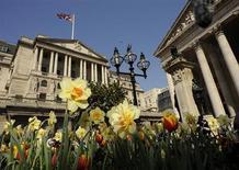 La Banque d'Angleterre (BoE) n'a modifié jeudi ni son taux directeur, maintenu à 0,5%, ni le montant de son programme de rachats d'actifs, qui reste à 375 milliards de livres, comme l'attendaient les marchés. /Photo d'archives/REUTERS/Toby Melville