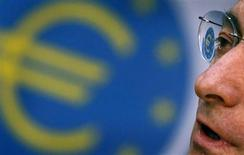The Euro logo is reflected in the glasses of European Central Bank's (ECB) President Mario Draghi as he attends the monthly news conference in Frankfurt April 4, 2012. REUTERS/Kai Pfaffenbach