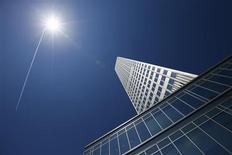 Здание ЕЦБ во Франкфурте-на-Майне 6 мая 2013 года. Европейский центробанк в четверг сохранил ключевую ставку неизменной на рекордно низком уровне 0,5 процента годовых, так как последние экономические данные внушают надежду на восстановление в этом квартале. REUTERS/Ralph Orlowski