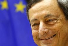 Глава Европейского центрального банка Марио Драги на заседании комитета по экономической и денежно-кредитной политике Европарламента в Брюсселе 8 июля 2013 года. Марио Драги пообещал удерживать ключевые процентные ставки на текущем или еще более низком уровне продолжительное время, предположив, что данная политика сохранится как минимум и в следующем году.REUTERS/Yves Herman