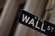 Wall Street a ouvert en hausse, tirée par les espoirs d'une reprise de l'activité économique mondiale et les déclarations des trois principales banques centrales de la planète. Dans les premiers échanges, l'indice Dow Jones gagne 0,84%, le Standard & Poor's 500 progresse de 0,91% et le Nasdaq Composite prend 0,97%. /Photo d'archives/REUTERS/Eric Thayer