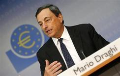 """Presidente do Banco Central Europeu (BCE), Mario Draghi, durante coletiva de imprensa mensal em Frankfurt. Draghi reiterou nesta quinta-feira que as taxas de juros futuras da autoridade monetária permanecerão em seu nível atual ou mais baixas por um """"período prolongado"""" de tempo, sugerindo que continuará deste modo até o próximo ano pelo menos. 1/08/2013. REUTERS/Ralph Orlowski"""