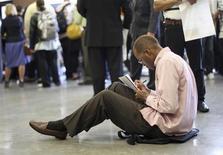 El número de estadounidenses que presentó nuevas solicitudes de subsidios por desempleo cayó inesperadamente la semana pasada y alcanzó un mínimo en cinco años y medio, lo que sugiere una mejora constante del mercado laboral. Foto de archivo. REUTERS/David McNew