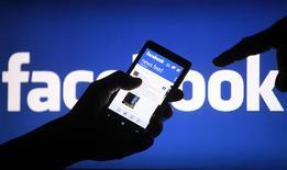 El rápido crecimiento de Facebook en América Latina, donde llegó a 200 millones de usuarios, contribuyó a los espectaculares resultados de la red social en el segundo trimestre, dijo el vicepresidente regional de la empresa. En la foto de archivo, un usuario de un smartphone muestra la aplicación de la red social en su teléfono. May 2, 2013. REUTERS/Dado Ruvic