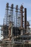 El petróleo en Estados Unidos subió más de un 2 por ciento el jueves, lo que redujo el diferencial frente al crudo Brent por segundo día, en medio de una serie de alentadores datos económicos a nivel global e interrupciones en los suministros en Africa e Irak. En la foto de archivo, una refinería de LyondellBasell en Houston. Mar 6, 2013. REUTERS/Donna Carson
