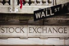 El promedio Dow Jones y el índice S&P 500 cerraron en máximos históricos el jueves en la bolsa de Nueva York, tras sólidos datos de empleo y del sector manufacturero en Estados Unidos y reafirmaciones de bancos centrales de que mantendrán sus estímulos monetarios. En la foto de archivo, el frente de la Bolsa de Nueva York. May 8, 2013. REUTERS/Lucas Jackson