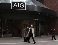 American International Group a publié jeudi un bénéfice trimestriel en hausse de 17% à 2,73 milliards de dollars (2,07 milliards d'euros), meilleur que prévu, et annoncé le versement d'un dividende pour la première fois depuis son renflouement pendant la crise financière. /Photo d'archives/REUTERS/Brendan McDermid