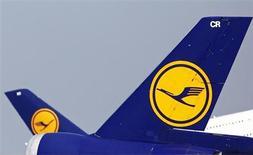 Самолеты Lufthansa в аэропорту Франкфурта-на-Майне 6 мая 2013 года. Квартальная прибыль немецкой Lufthansa оказалась ниже прогнозов, что не помешало авиакомпании сохранить годовой прогноз. REUTERS/Lisi Niesner