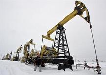 Станки-качалки на месторождени Гремихинское к востоку от Ижевска 7 декабря 2007 года. Цены на нефть Brent превысили $110 за баррель впервые с начала апреля на фоне повышения прогнозов мирового спроса на нефть и проблем в поставках из Африки и Ирака. REUTERS/Sergei Karpukhin
