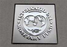 El Fondo Monetario Internacional sumó presión el viernes sobre el Gobierno español al instar una profundización de la polémica reforma laboral introducida el año pasado, en medio de un creciente malestar social por las medidas económicas y escándalos de corrupción. En la foto de archivo, el logo del FMI en las oficinas de la entidad en Washington. Abr 18, 2013. REUTERS/Yuri Gripas