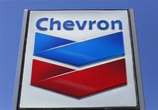 Chevron reportó el viernes una baja mayor a la esperada de sus ganancias trimestrales debido a una caída en los precios del petróleo que minó sus utilidades de producción de crudo y gas, en momentos en que su unidad de refinación en Estados Unidos se recuperaba lentamente de un incendio de hace un año. En la foto de archivo, un cartel de una estación de gas de la empresa en California. Abr 25, 2013. REUTERS/Mike Blake