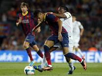 O atacante do Barça Neymar disputa lance com Arouca na partida em que o Barcelona venceu o Santos por 8 x 0 nesta sexta-feira. REUTERS/Albert Gea