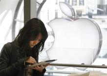 Apple est mûr pour une confrontation avec le gouvernement américain et 33 Etats américains qui ont recommandé vendredi que de nouvelles et rigoureuses restrictions lui soient imposées pour entente illicite présumée sur les prix des livres électroniques. /Photo d'archives/REUTERS/Luke MacGregor