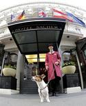 Depuis la semaine dernière, 40 des chambres de l'hôtel Sacher, luxueux palace viennois, sont spécialement équipées pour répondre aux besoins des chiens -du panier à la couverture, en passant par la laisse et la gamelle- moyennant un supplément de 35 euros au tarif d'une chambre ou d'une suite, qui oscille entre 400 et 5.000 euros. /Photo prise le 30 juillet 2013/REUTERS/Leonhard Foeger