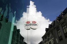 HSBC a vu son résultat progresser de 10% au premier semestre, le programme de baisse des coûts lancé il y a trois ans commençant à porter ses fruits, mais les analystes financiers attendaient une progression encore plus marquée de ce chiffre. /Photo d'archives/REUTERS/Stefan Wermuth