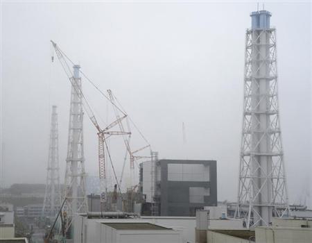 8月5日、原子力規制庁は、東電福島第1原発の放射能汚染地下水について、同社が汚染水の流出を防ぐために設けた地中の遮水壁を上回った可能性があると明らかにした。6月代表撮影(2013年 ロイター)