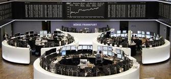 Трейдеры на торгах фондовой биржи во Франкфурте-на-Майне 1 августа 2013 года. Европейские акции поднялись до двухмесячного максимума за счет страховых компаний и экономической статистики еврозоны. REUTERS/Remote/Stringer