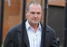 Ex-jogador de futebol inglês Paul Gascoigne deixa o tribunal de Northallerton, no norte da Inglaterra. Gascoigne foi multado em 1.000 libras (1.500 dólares) pela Justiça, nesta segunda-feira, por ter agredido um guarda de trem após desembarcar bêbado em uma estação. 3/11/2010. REUTERS/Nigel Roddis