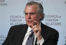 Глава ФРБ Далласа Ричард Фишер выступает на конференции Совета по международным отношениям в Нью-Йорке 3 марта 2010 года. Федеральная резервная система США приблизилась к сокращению масштабной программы скупки облигаций после того, как уровень безработицы снизился в июле, сказал в понедельник высокопоставленный чиновник американского центробанка. REUTERS/Shannon Stapleton