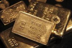 Слитки золота в ювелирном магазине в индийском городе Чандигарх 11 апреля 2012 года. Цены на золото снижаются, так как сильные макроэкономические данные сделали этот металл менее привлекательным как низкорискованный актив, а спрос на физических рынках Индии и Китая остается пониженным. REUTERS/Ajay Verma
