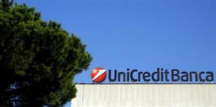 UniCredit, la première banque d'Italie par les actifs, a annoncé mardi une hausse légèrement supérieure aux attentes de son bénéfice net trimestriel grâce à une plus-value exceptionnelle, qui a compensé l'augmentation des charges pour risque de crédit. /Photo d'archives/REUTERS/Stefano Rellandini