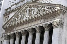 """Wall Street a démarré en léger recul mardi, en l'absence de nouvel élément susceptible de prolonger le """"rally"""" après les records atteints au cours des dernières semaines. Quelques instants après l'ouverture, le Dow Jones perdait 0,46%, le Standard & Poor's 500 reculait de 0,19% et le Nasdaq Composite cédait 0,11%. /Photo prise le 20 décembre 2012/REUTERS/Andrew Kelly"""