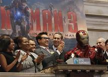 """Walt Disney Co reportó el martes una modesta utilidad trimestral que superó las expectativas de Wall Street, pese a un flojo desempeño de su unidad cinematográfica porque """"Iron Man 3"""" no logró igualar el espectacular éxito de """"The Avengers"""" el año pasado. En la foto de archivo, Robert Downey Jr. en la Bolsa de Nueva York. Abr 30, 2013. REUTERS/Brendan McDermid"""