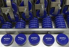 Beiersdorf, le fabricant des crèmes Nivea, anticipe une hausse de ses ventes comprise entre 5% et 6% cette année, soit plus qu'attendu par le consensus, le programme de restructuration commençant à porter ses fruits. /Photo prise le 18 avril 2012/REUTERS/Fabian Bimmer