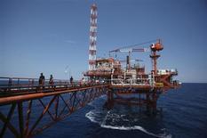 Нефтяная платформа Ina Agip в Адриатическом море 21 июля 2013 года. Цены на нефть Brent упали ниже $108 за баррель из-за снижения опасений за снабжение рынка и накануне экономических данных крупнейших потребителей топлива США и Китая. REUTERS/Antonio Bronic