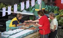 Clientes compram ovos em mercado em São Paulo. A inflação ao consumidor brasileiro atingiu em julho a menor taxa em três anos favorecido pela queda dos preços de Transportes e Alimentos, voltando a ficar abaixo do teto da meta do governo no acumulado em 12 meses. 28/04/2013 REUTERS/Paulo Whitaker
