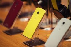 Foto de archivo con diferentes ejemplos del teléfono Moto X de Motorola en su evento de lanzamiento en Nueva York. Agosto 1, 2013. REUTERS/Lucas Jackson.