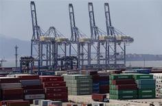 Les exportations chinoises ont augmenté de 5,1% en juillet par rapport à il y a un an, contre -3,1% en juin, une hausse qui laisse entrevoir l'espoir d'une stabilisation de la croissance de la deuxième puissance économique mondiale. /Photo prise le 9 juillet 2013/REUTERS/William Hong