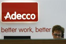 Adecco, numéro un mondial du travail temporaire, affiche un résultat net supérieur aux attentes sur la période avril-juin, et indique que la situation commence à se stabiliser en Europe. /Photo d'archives/REUTERS/Christian Hartmann