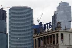 Логотип ВТБ в Москве 18 марта 2013 года. Второй по величине российский госбанк ВТБ рассматривает покупку банка Петрокоммерц, сказали Рейтер два источника в банковских кругах. REUTERS/Sergei Karpukhin