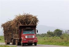 Caminhão com carregamento de cana próximo a Campos dos Goytacazes, Rio de Janeiro. O Ministério da Agricultura do Brasil reduziu nesta quinta-feira sua estimativa para a produção de açúcar do país na temporada 2013/14 em mais de 2,5 milhões de toneladas, para 40,97 milhões de toneladas. A moagem de cana na safra 2013/14 do centro-sul do Brasil foi estimada em 594 milhões de toneladas, estável ante previsão de abril, de acordo com dados da Companhia Nacional de Abastecimento (Conab). 10/11/2010. REUTERS/Sergio Moraes