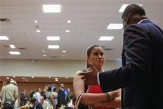 La foto muestra a una mujer sosteniendo sus papeles mientras habla con un reclutador en una feria laboral en Nueva York en la foto tomada el 11 de junio de 2013. REUTERS/Lucas Jackson. Una medición de la tendencia de los despidos de trabajadores estadounidenses cayó la semana pasada a su menor nivel desde antes de la recesión del 2007-2009, una señal esperanzadora para la economía del país.