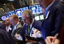 Wall Street a ouvert sans réelle tendance, alors que les indices restent proches de leurs plus hauts historiques et que rien ne paraît en mesure de dicter une trajectoire aux marchés d'actions. Quelques minutes après l'ouverture, le Dow Jones perdait 0,12%, le Standard & Poor's 500 reculait de 0,03% et le Nasdaq Composite prenait 0,03%. /Photo prise le 9 août 2013/REUTERS/Shannon Stapleton