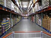 La foto muestra un pasillo de una tienda de la cadena de almacenes Costco en California, 28 de febrero de 2012. REUTERS/ Mike Blake. Los inventarios mayoristas en Estados Unidos cayeron inesperadamente por segundo mes consecutivo en junio, lo que podría llevar a los economistas a reducir sus estimaciones de crecimiento para el segundo trimestre tras aumentarlas recientemente.